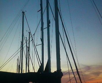 夕暮れのヨットハーバー